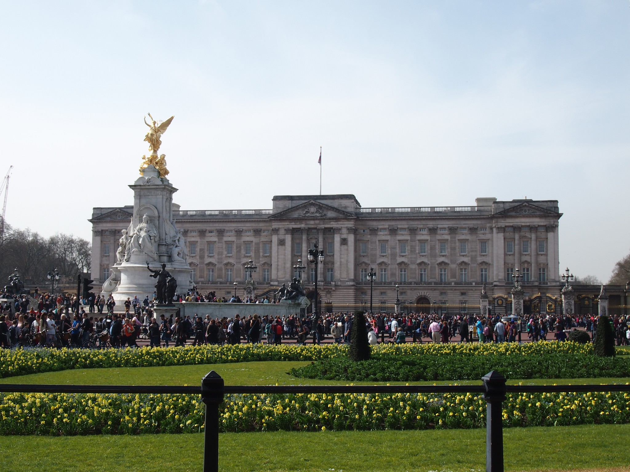 london, blog, tipp, buckingham palace, princess, kate, dutchess, william, harry, queen, prince george, touristen, blue sky, sun, england