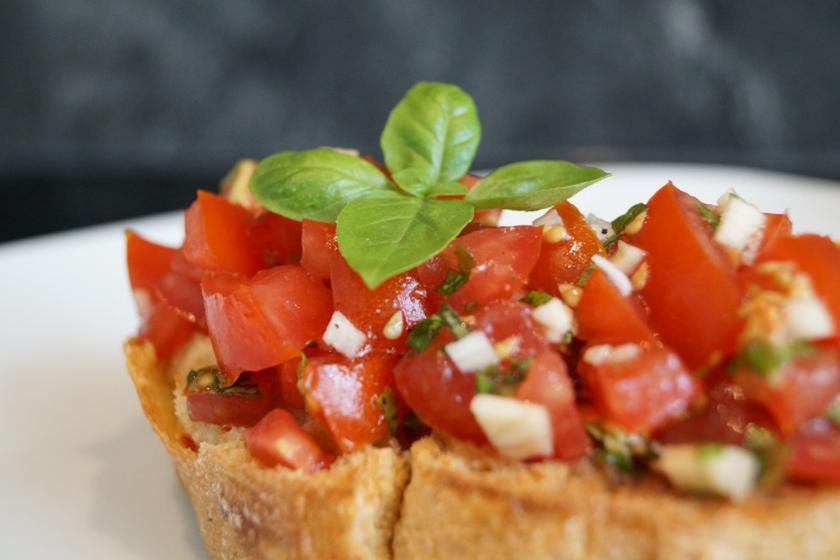 Brot mit gehackten Tomaten, Knoblauch und Basilikum