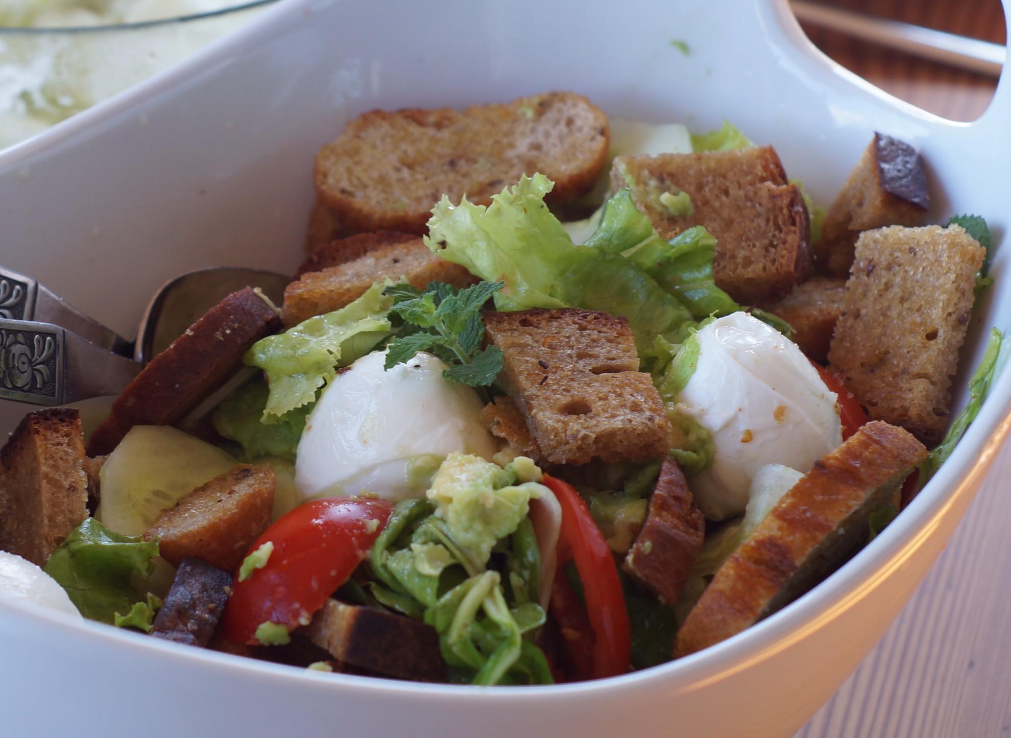 Brotsalat mit Minze und Büffelmozzarella