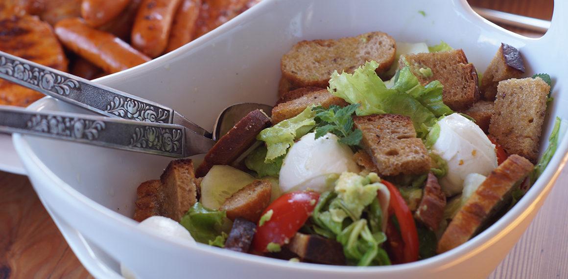 Brotsalat mit Minze ist die ideale Beilage zum Grillen