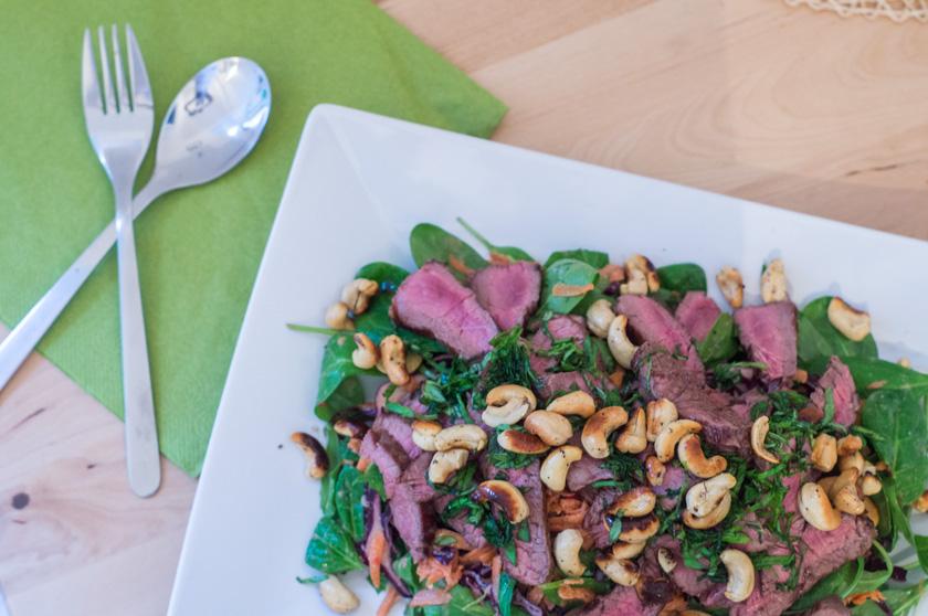 Steaksalat alla Madleine Shaw mit Cashewkernen und Sesam