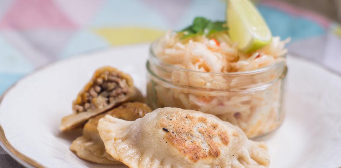 Gyoza mit Fleischfüllung und asiatischen Krautsalat #recipe #rezept #asiatisch #teigtaschen #fleisch #easy