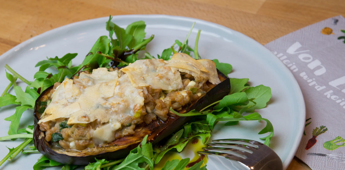 Überbackene Aubergine mit Dinkelreis auf Rucolabett #veggie #recipe #healthy #vegetarisch #amigaprincess #cook #easy #gemüse #melanzani #baked #dinkel #vollwert #eatbeautiful