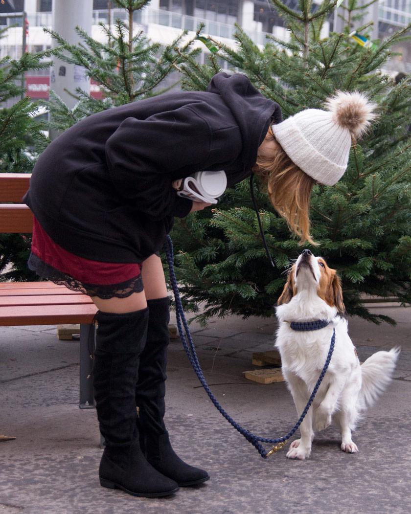 Overknees alltagstauglich stylen #everyday #streetstyle #hoodie #black #winter #outfit #fasjionblogger #trend #overknees #slipdress #kombinieren #stylingtipp #inspo #mütze #bommel #amigaprincess #look #style