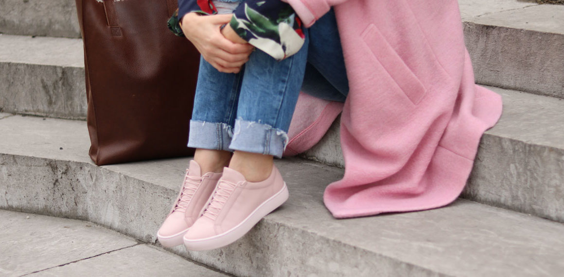 Outfit – Zeigt her Eure Sneaker, Modeblog, Fashion, Look, ootd, pink, Trendfarbe 2017, Wollmantel, Frühling, Turnschuhe, colorful, amigaprincess, Fashionblogger, pink coat, denim, boyfriend jeans