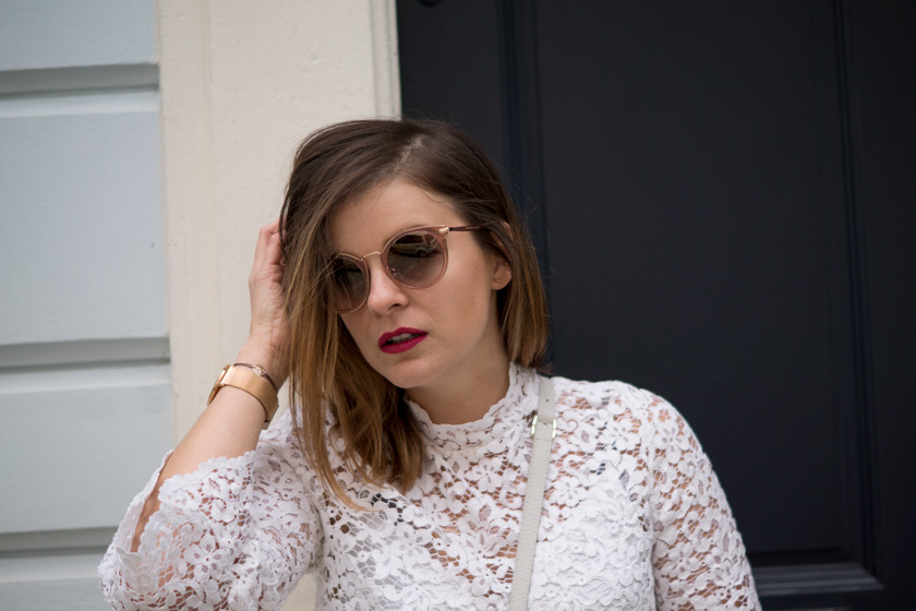 #ootw: Lace & Patches, spitzenbluse, spitze, frühling, spring, streetstyle, outfit, look, ootw, style, fashion, blogger, amigaprincess, denim, boyfriend jeans, espadrilles, crossbody bag, jimmy choo, pink coat, wollmantel, aufnäher