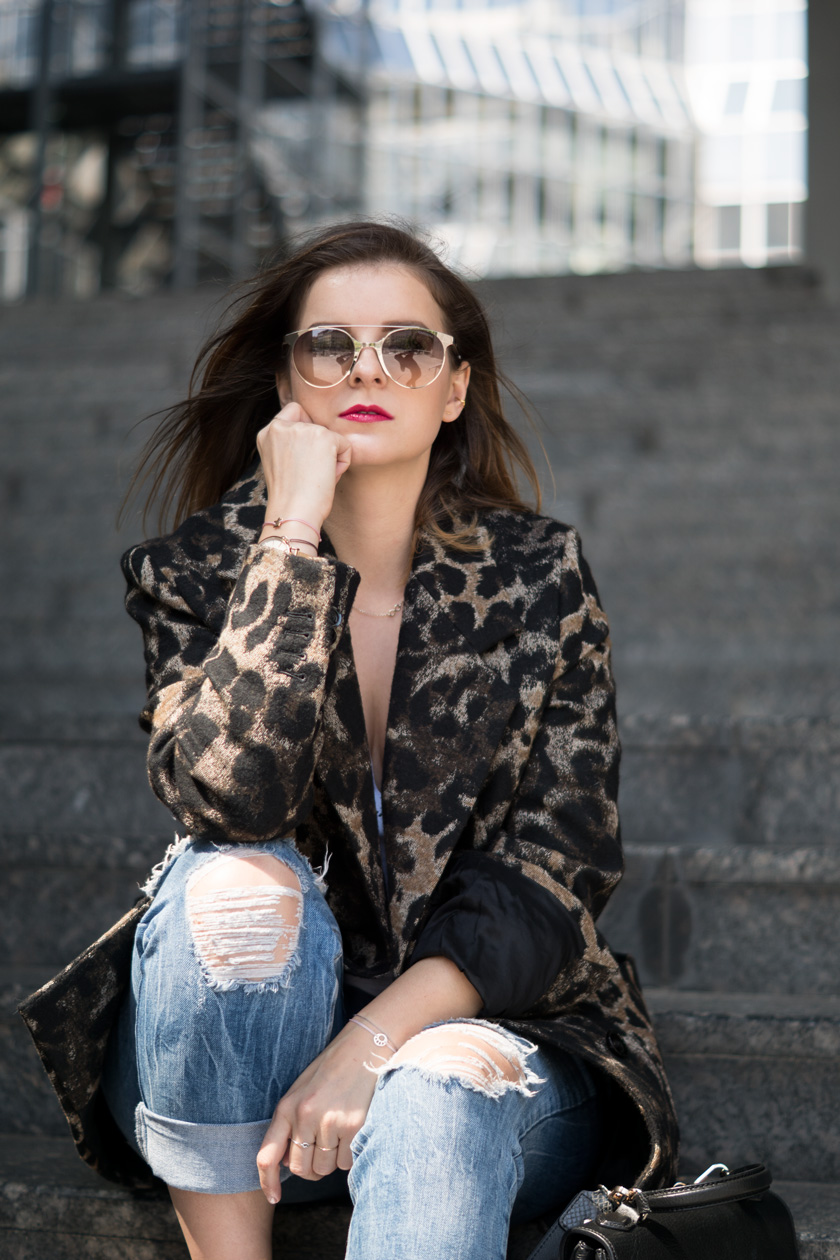 #ootw: Leo-Mantel und weiße Sneaker, Streetstyle, white sneaker, reebok, drykorn, leopard print, outfit inspo, style, casual, trend, amigaprincess, carrera, coccinelle, guitar strap, amigapieces