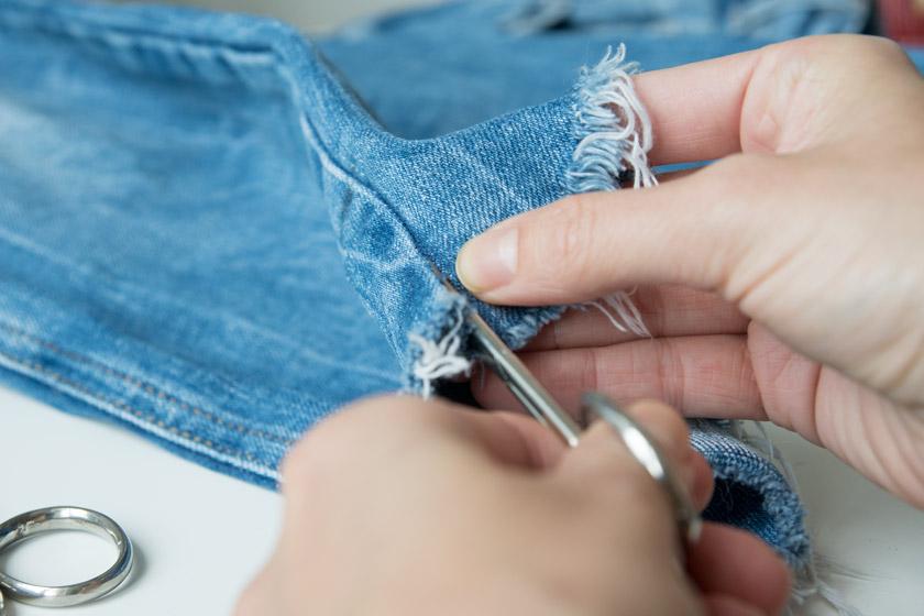 DIY: Jeans mit Metallösen und Schleife 11