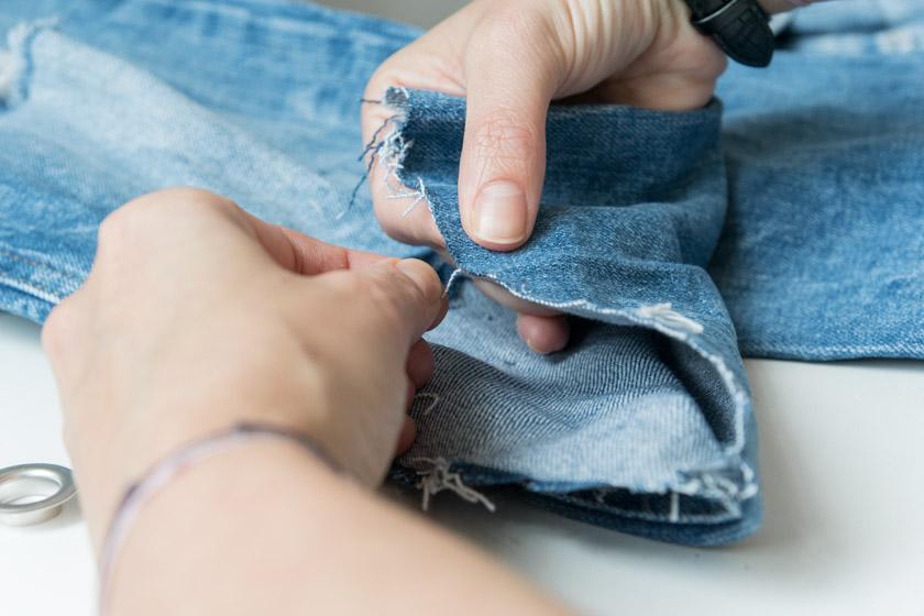 DIY: Jeans mit Metallösen und Schleife 10