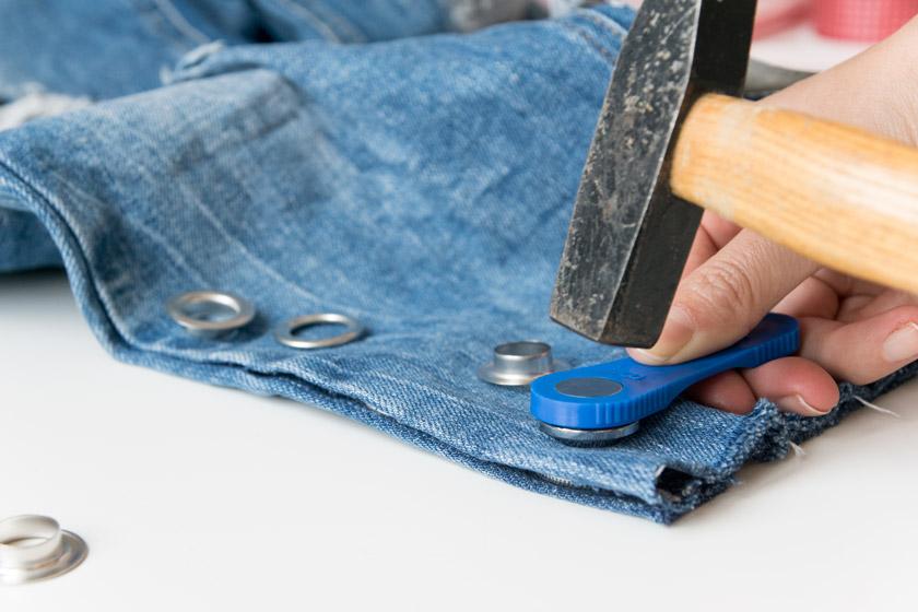 DIY: Jeans mit Metallösen und Schleife 13