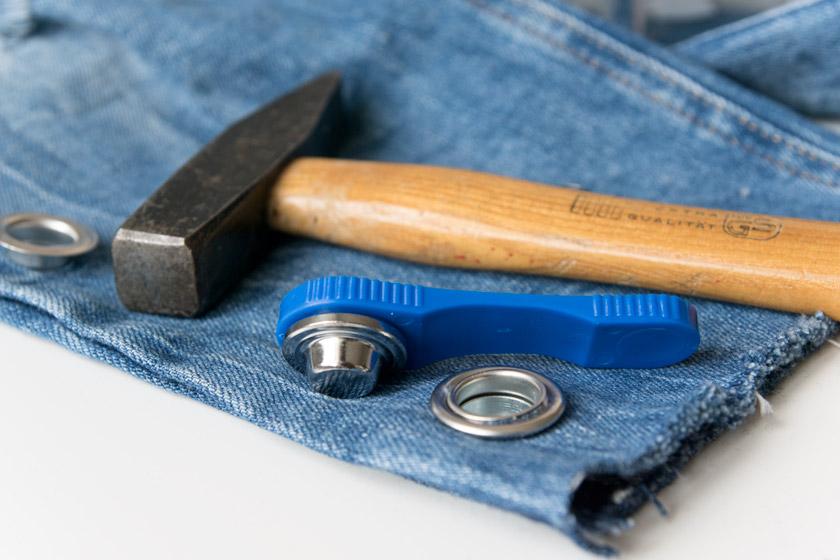 DIY: Jeans mit Metallösen und Schleife 14