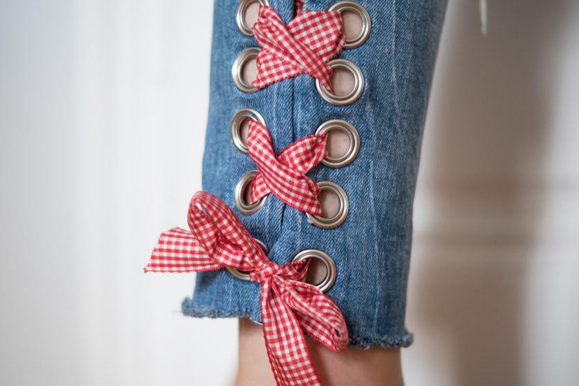DIY: Jeans mit Metallösen und Schleife 2
