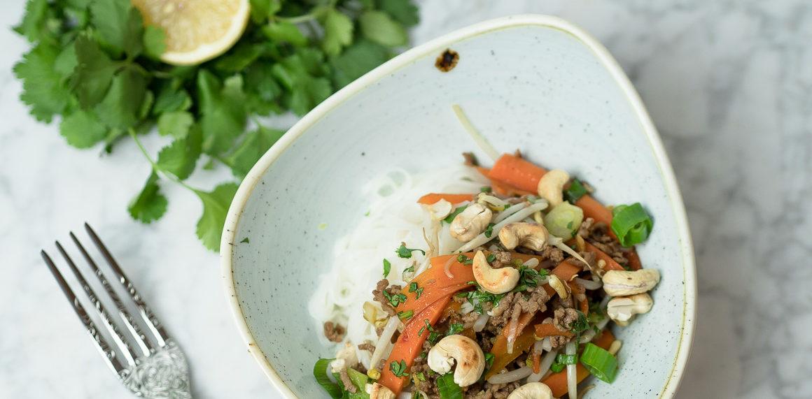 reisnudeln mit rindfleisch thai style, rezept für schnelle asisatische küche, so gelingen reisnudeln im thai style, Rezept mit Reisnudeln und Hackfleisch, Foodblog, einfach und schnell, www.amigaprincess.com