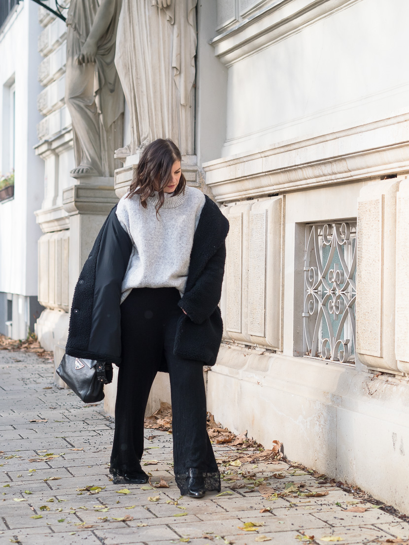 Sparkly Christmas, Weihnachts Outfit, weihnachtliches Outfit, Wide Leg Pants mit Spitze, oversize Stricpullover, Winteroutfit, Hose mit weitem Bein, Styling Inspo, Glitzer Hose, Coccinelle Crossbody Bag, Lack Stiefeletten, Trendschuhe Herbst 2017, Lace Details, Lob, Fashioblog, www.amigaprincess.com