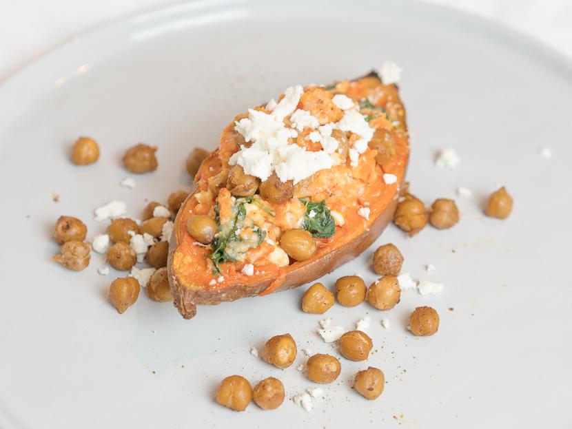 Gefüllte Süßkartoffel mit Spinat und spicy Kichererbsen 3