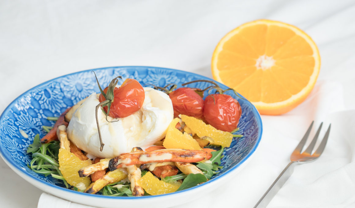 Wurzelgemüse mit Burrata und Orangen-Dressing, Mozzarella mit Ofengemüse, winterliche Caprese, Vorspeise, Rezept für Ofengemüse, Wurzelgemüse aus dem Ofen, recipe, cook it your way, Orangen Dressing mit Tahin und Senf, Food Photography, Foodblog, www.amigaprincess.com