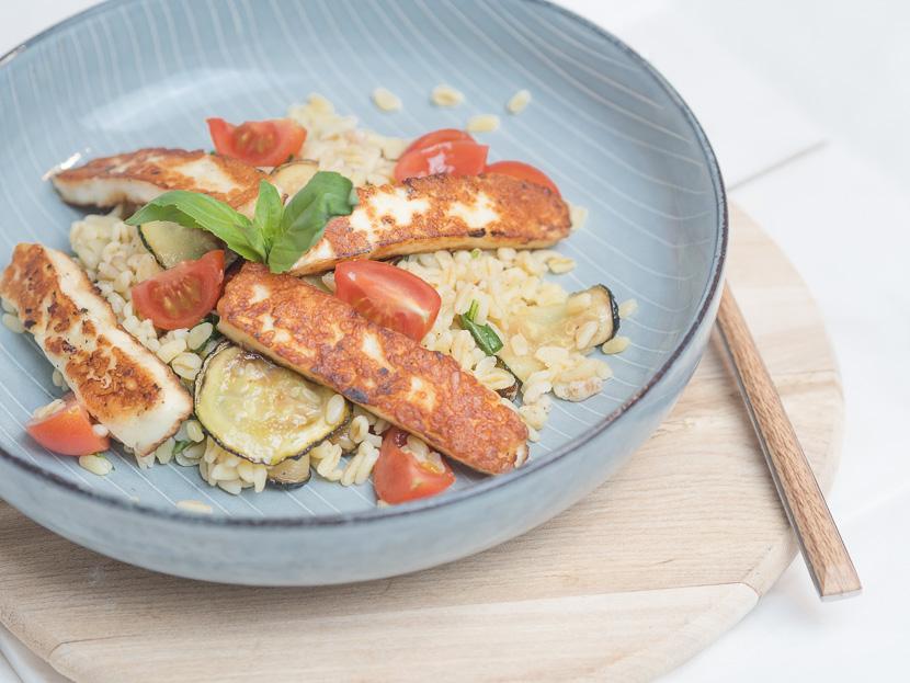 Zartweizen Bowl mit Halloumi und Zucchini 1
