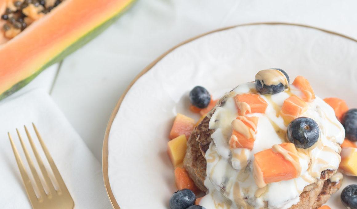 Mandel Pancakes mit Joghurt und Früchten, low carb pancakes, Mandelmehl, Alternative zu Weizenmehl, vegane pancakes, gesundes Frühstück, Pfannkuchen mit Weizenmehlalternative, Foodblog, Food Photography, www.amigaprincess.com