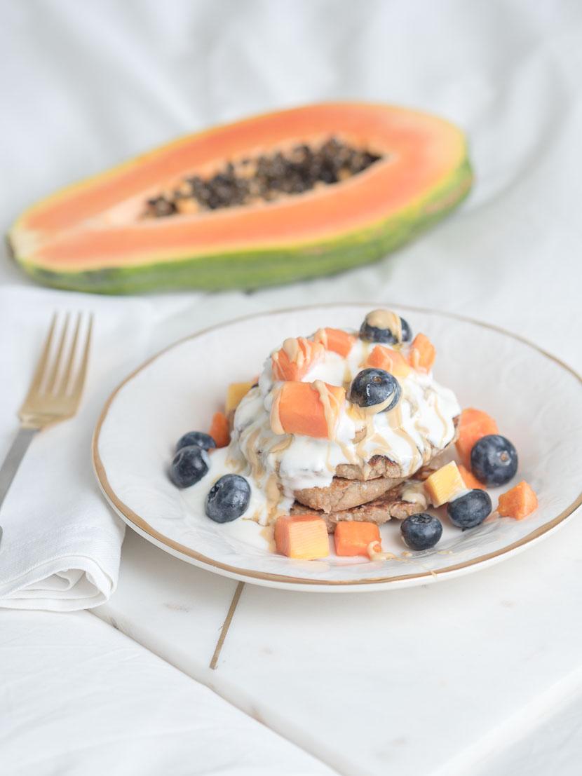 Mandel Pancakes mit Joghurt und Früchten 3