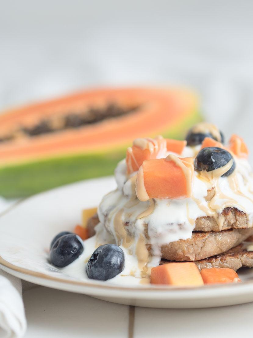 Mandel Pancakes mit Joghurt und Früchten 5