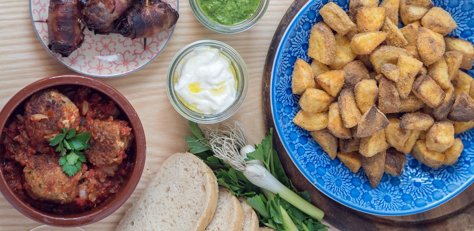 Meine 3 liebsten Tapas Rezepte, Albondigas mit Tomatensauce, Aioli selbermachen, mit diesem Trick werden die Patatas Bravas auch ohne Fritteuse knusprig, Mojo verde zu spanischen Tapas servieren, Datteln im Speckmantel zubereiten, spanische Tapas Rezepte, einfache spanische Tapas Rezepte für Zuhause, schnelle Tapas für einen Abend mit Freunden, Foodblog, www.amigaprincess.com #tapasrezepte #spanischetapas