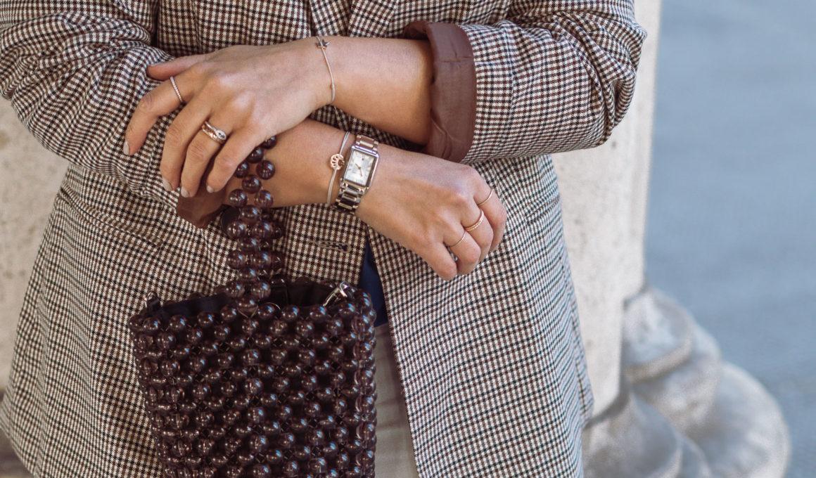 Blazer Time - so kombinierst Du den Allrounder im Herbst, so kombinierst du den Blazer im Herbst 2018, diese Blazer sind jetzt im Trend, Blazer für einen lässigen Alltagslook stylen, Blazer Modelle Herbst 2018, Fashionblog, Streetstyle mit kariertem Blazer, Jeans und Perlentasche, Karoblazer richtgi stylen, www.amigaprincess.com #karoblazer #basicoutfit #herbsttrend2018