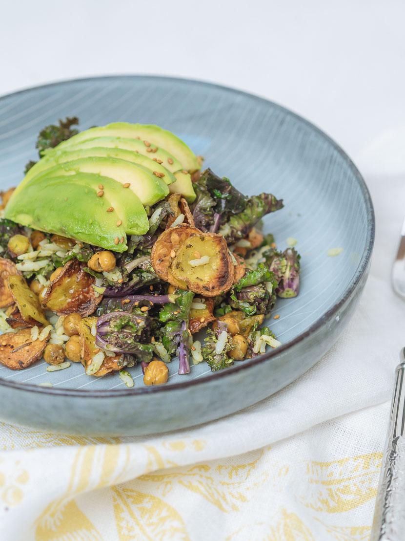 Bowl of Happiness - Kale Salat mit Pesto und geröstetem Gemüse 10