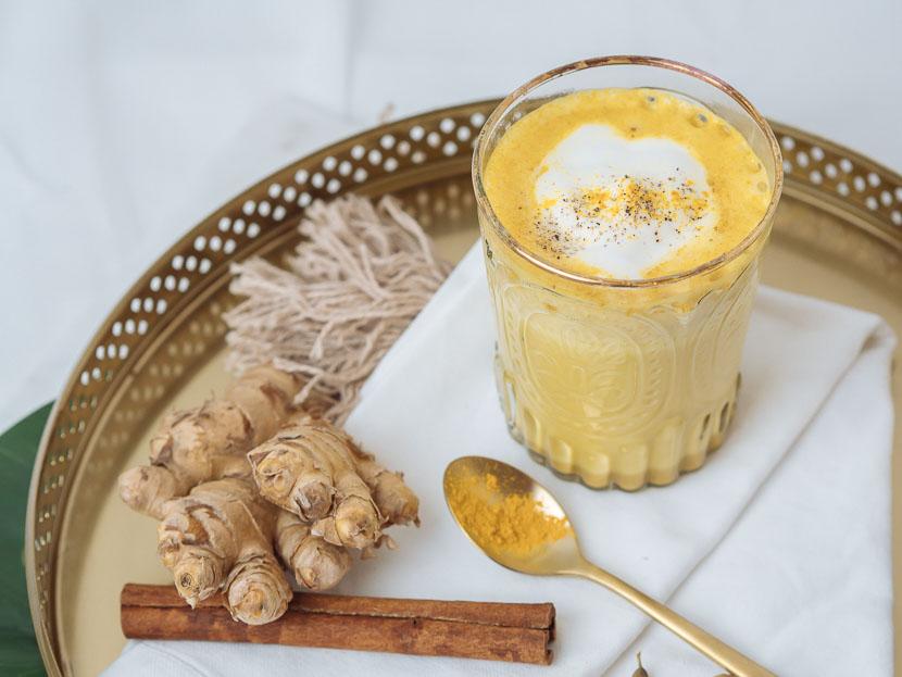 Goldene Milch: DIY Sirup für den perfekten Kurkuma Latte, selbstgemachter Sirup mit Honig und Ingwer, Kurkuma Latte (Goldene Milch) - rein pflanzlicher Sirup, vegetarisch, glutenfrei, ohne raffinierten Zucker, Kurkuma Sirup selbermachen, Turmeric Latte. das ayurvedische Traditionsgetränk ist ein Sonnenschein im Glas und einfach selbstgemacht, Aus der indischen Küche ist Kurkuma nicht wegzudenken. Mit Kurkuma lassen sich viele tolle Rezepte wie der Kurkuma Latte zaubern, Wohlfühlgetränk, www.amigaprincess.com #goldenemilch #kurkumasirup #kurkumalatte
