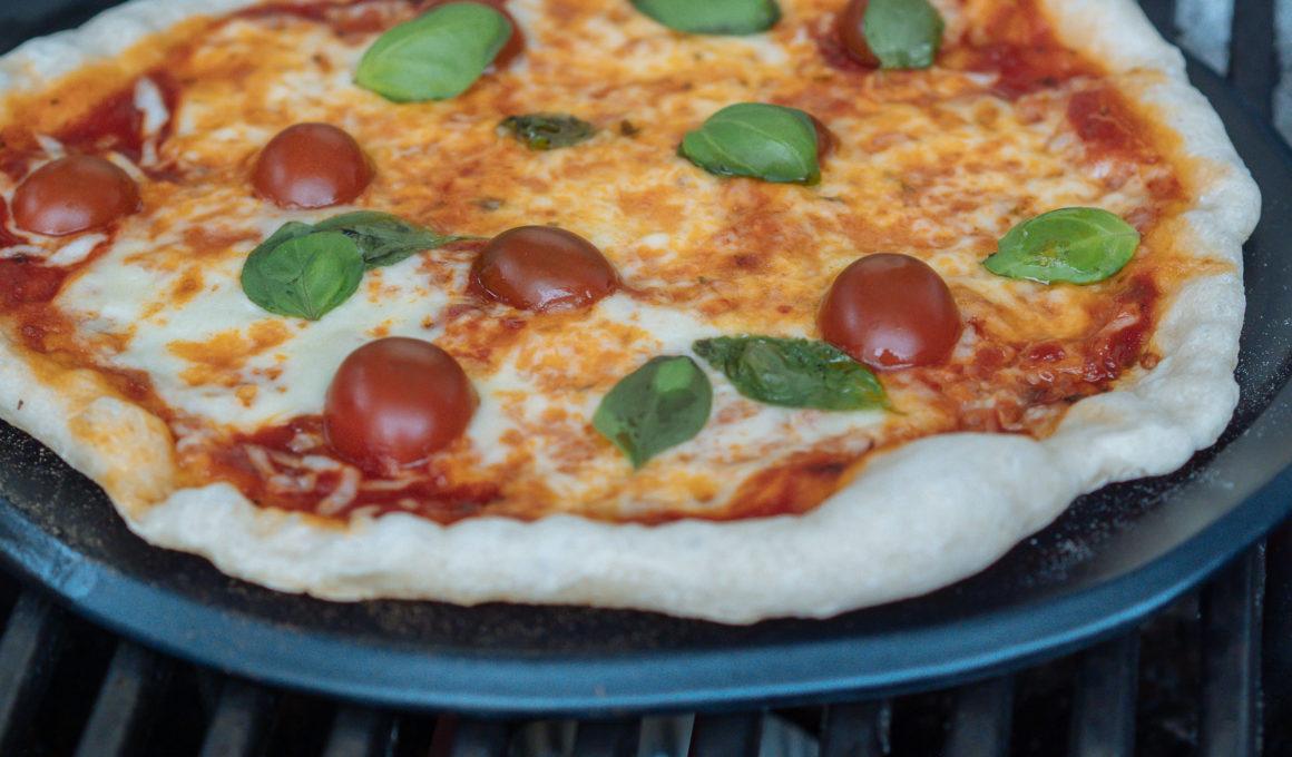 Pizza vom Grill – Rezept und Anleitung, Pizza auf dem Grill selber machen, Teig selber machen, Pizzateig für den Grill, so gelingt die die perfekte Pizza am Grill, Elektrogrill Pulse 2000 mit Pizzastein, knuspirge Pizza vom Grill, Wie mache ich Pizza vom Grill? Pizza aus dem Webergrill wie im Steinofen gebacken. Der Boden ist dünn und kross, so sieht für mich die perfekte Pizza aus. www.amigaprincess.com