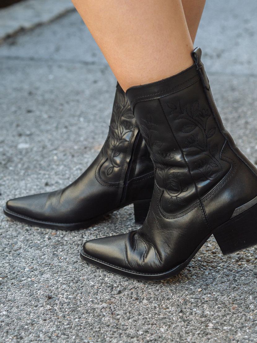 Oversize Cardigan richtig kombinieren: so stylt man die kuscheligen Strickjacken, Oversize Cardigans sind eine gemütliche Alternative zu Strickpullovern und vielfältiger zu stylen als man denkt. Ich verrate Euch in diesem Beitrag meine Tipps zum richtigen Kombinieren von Strickjacken.so tragen wir Cardigans im Herbst und Winter, Cardigans stylen ,Trendreport, kuschelige Strickjacken stylisch kombinieren, Outfit Blusenkleid mit Cardigan und Cowboy Boots, www.amigaprincess.com #cowboyboots #cardiganstylen
