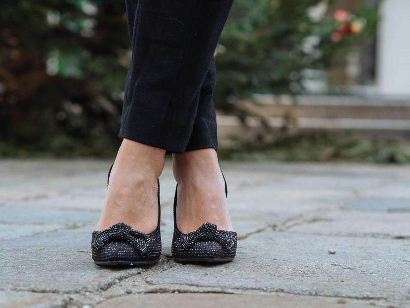 How to: das passende Outfit für die Weihnachtsfeier finden, Glitzer Pumps mit Schleife, festliche Schuhe, Was aber zur Weihnachtsfeier anziehen, wenn es an anderen Tagen schon schwer fällt? es gibt nicht das eine Outfit für die Weihnachtsfeier. Der Look ist von vielen Faktoren abhängig und kann von Jeans bis zum Abendkleid variieren. so kleidest du dich passend für die Firmen-Weihnachtsfeier, Fashion Tipps, www.amigaprincess.com