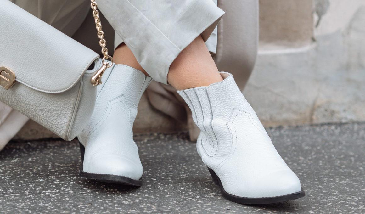 Weiße Boots kombinieren inkl. Outfit Inspiration, weiße Boots stilvoll tragen, so stylst du weiße Boots, mit diesen Stlying-Tipps kann nichts mehr schief gehen. vom NoGo zum Trendschuh, weiße Boots vielseitig kombinieren, Darum solltest Du weiße Boots im Schrank haben, Styling-Tipps für weiße Boots, Styling-Ideen mit weißen Boots, weiße Boots zu monochromen Looks, Fashion Inspiration, Streetstyle mit weißen Schuhen, www.amigaprincess.com