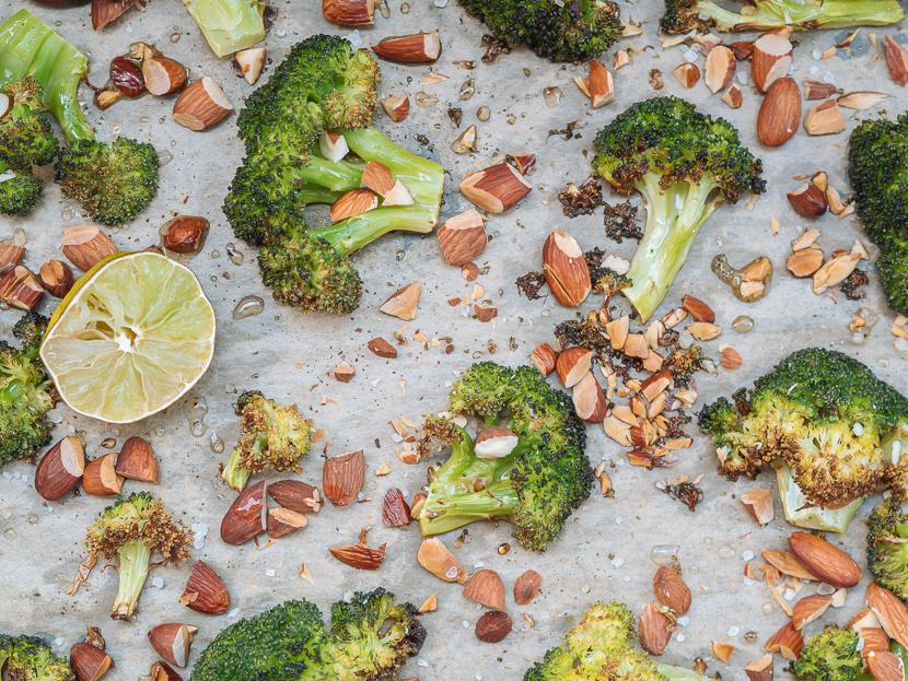 Knuspriger Brokkoli aus dem Ofen mit Parmesan und Mandeln, Grill Beilage, Rezept mit Brokkoli und Mandeln, dieses Rezept wird selbst Brokkoli-Verweigerer überzeugen, gesundes und vegetarisches Rezept mit Brokkoli, schnelle und einfache Küche, einfaches Rezept für eine gesunde und leckere Beilage, Brokkoli aus dem Backofen, im Ofen geröstete Brokkoli ist gesund, einfach zu machen und passt zu fast allem! www.amigaprincess.com