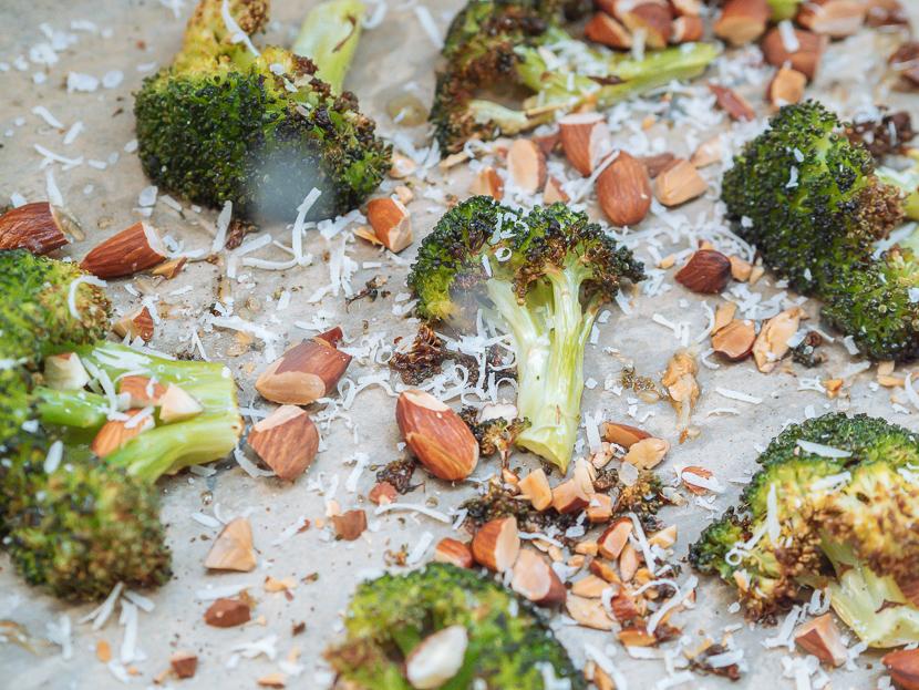 Knuspriger Brokkoli aus dem Ofen mit Parmesan und Mandeln 1