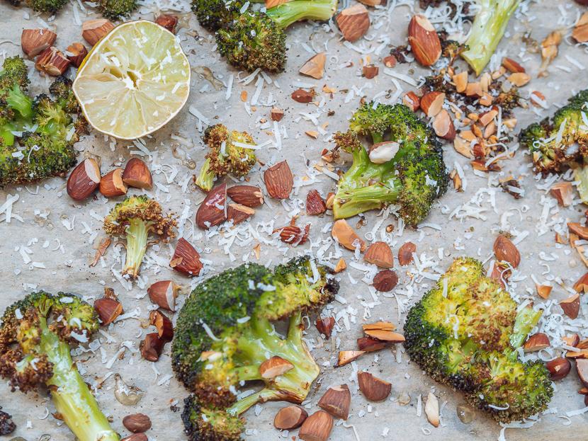 Knuspriger Brokkoli aus dem Ofen mit Parmesan und Mandeln 4
