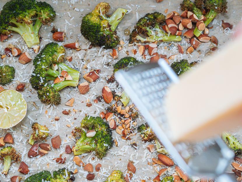 Knuspriger Brokkoli aus dem Ofen mit Parmesan und Mandeln 3