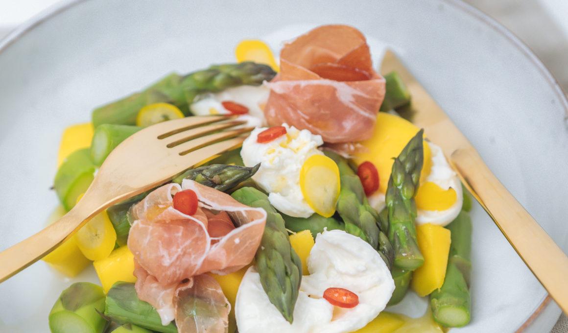 Diese Vorspeisen mit Spargel sind der perfekte Starter für ein frühlingshaftes Menü, schmecken aber auch als Hauptspeise. drei Frühlings-Rezepte mit grünem Spargel, Rezept Frühling, Salat mit Spargel, Mango und Parmaschinken, Spargel Bruschetta mit Avocado, Caesar Salad mit grünem Spargel, einfache und schnelle Vorspeisen mit grünem Spargel, Spargel Rezept mal anders, Foodblog, www.amigaprincess.com