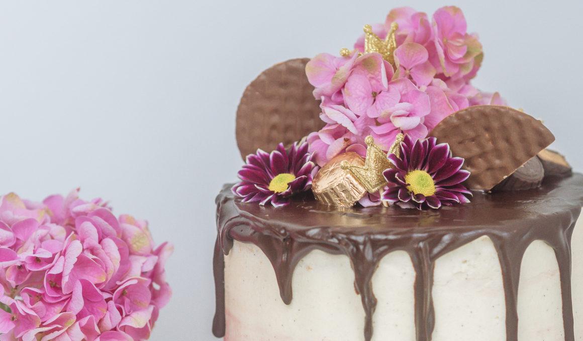 Pinata Cake - DIY Geburtstagstorte mit Süßigkeiten-Füllung*, Surprise-Inside-Cake, Rezept für eine Torte mit Piñata-Überraschungseffekt, Überraschungskuchen – so sieht meine Piñata-Cake aus! Schritt für Schritt zum PInata Kuchen, Kuchen mit echten Blumen, DIY Hochzeitstorte, Pinata Cake selbermachen, Torte mit echten Blumen und watercolor effect Icing, so einfach kannst Du eine Torte mit Süßigkeiten-Füllung backen, www.amigaprincess.com #pinatacake #diyweddingcake
