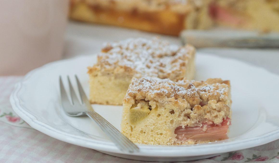 Einfacher und saftiger Rhabarber Steuselkuchen, Blechkuchen Rezepte gehören zu den beliebtesten Kuchenarten. Sie sind schnell und einfach zubereitet und können nach Belieben mit saisonalem Obst belegt werden, Blechkuchen mit Rhabarber, einfaches Rhabarberkuchen Rezept, Ein Rhabarberkuchen mit Streusel vom Blech ist einfach und schnell gemacht, Rhabarber Saison, www.amigaprincess.com #rhabarber #rezept