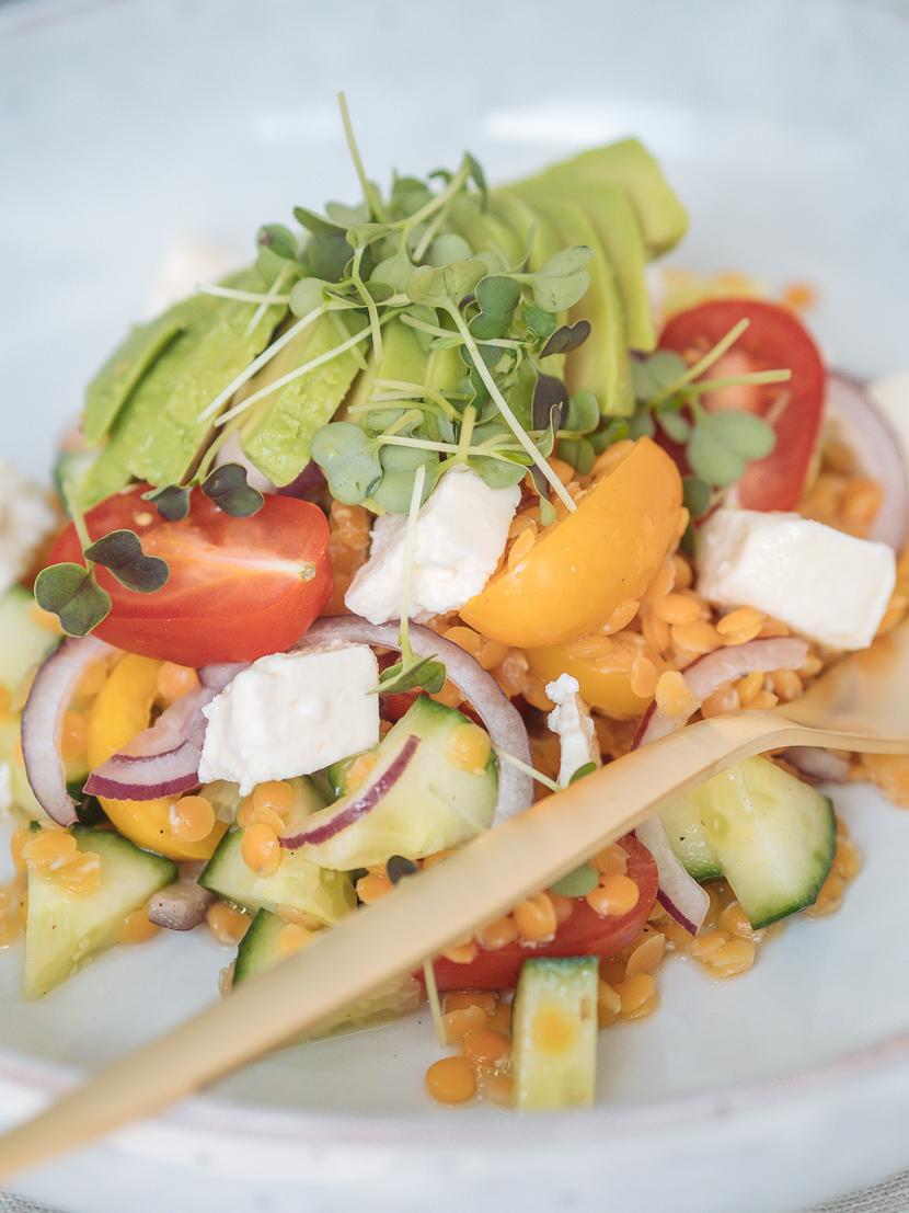 Linsensalat mit Avocado und Feta - perfekt für heiße Tage 8