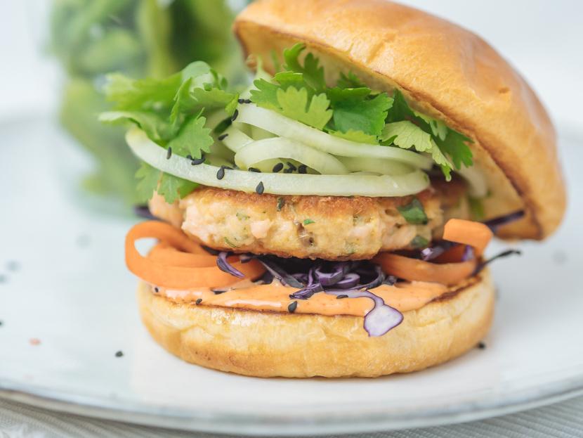 Einfaches und schnelles Rezept für Asia Lachs Burger, Burger Patties aus Lachsfilet, Abwechslung zu normalem Burger, Fischburger, Rezept mit frischem Lachs, Schnelles Rezept für einen köstlichen Fischburger mit knackigem Rohkostsalat, frischem Koriander und Sriracha-Mayo, Asia Lachs Frikadellen, Lachs Burger Rezept, Ein schnelles und leckeres Abendessen, das in nur 20 Minuten fertig ist, www.amigaprincess.com