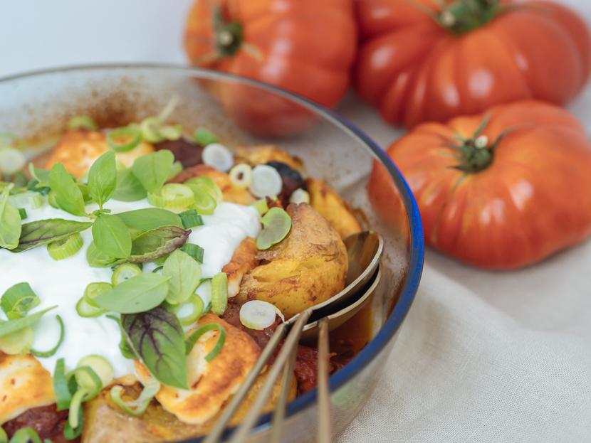 Gebackene Kartoffeln aus dem Ofen mit Tomatensauce und Halloumi 4