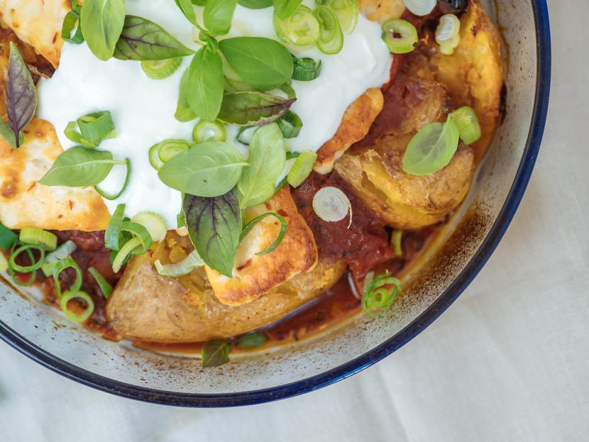 Gebackene Kartoffeln aus dem Ofen mit Tomatensauce und Halloumi 2