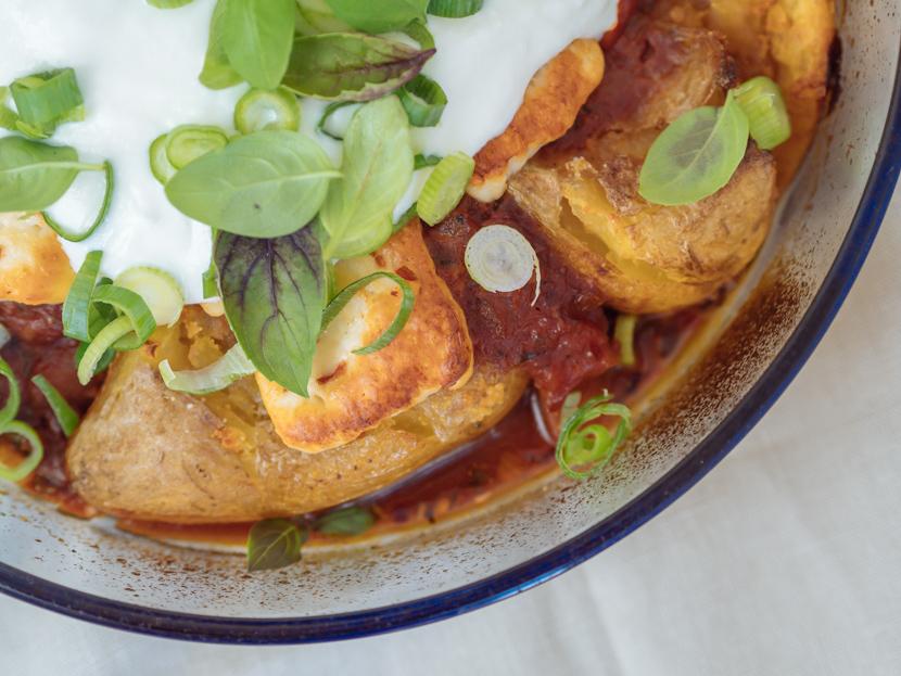 Gebackene Kartoffeln aus dem Ofen mit Tomatensauce und Halloumi 5