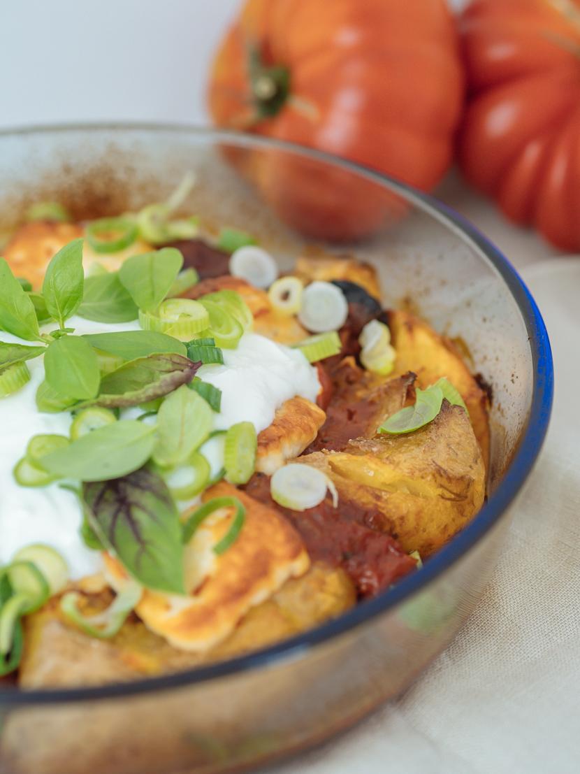 Gebackene Kartoffeln aus dem Ofen mit Tomatensauce und Halloumi 7