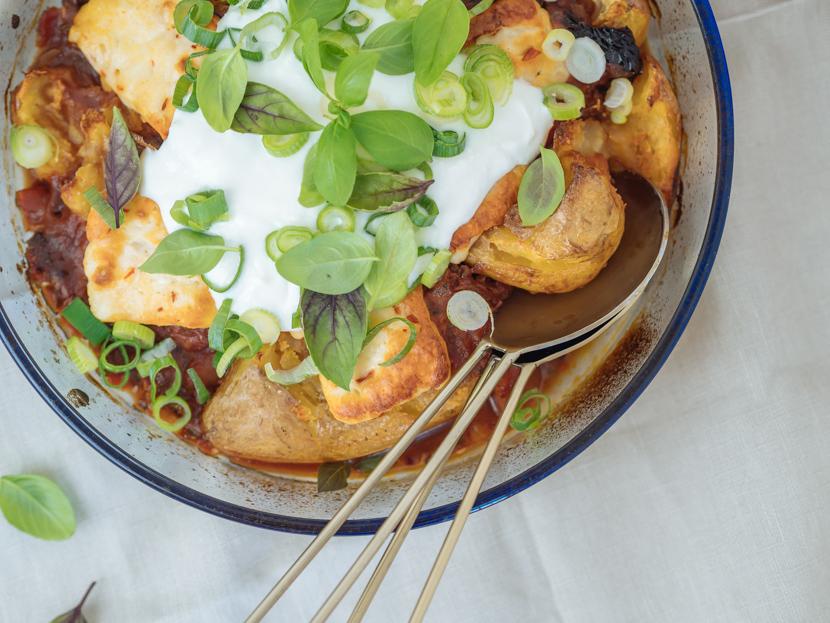 Gebackene Kartoffeln aus dem Ofen mit Tomatensauce und Halloumi 8