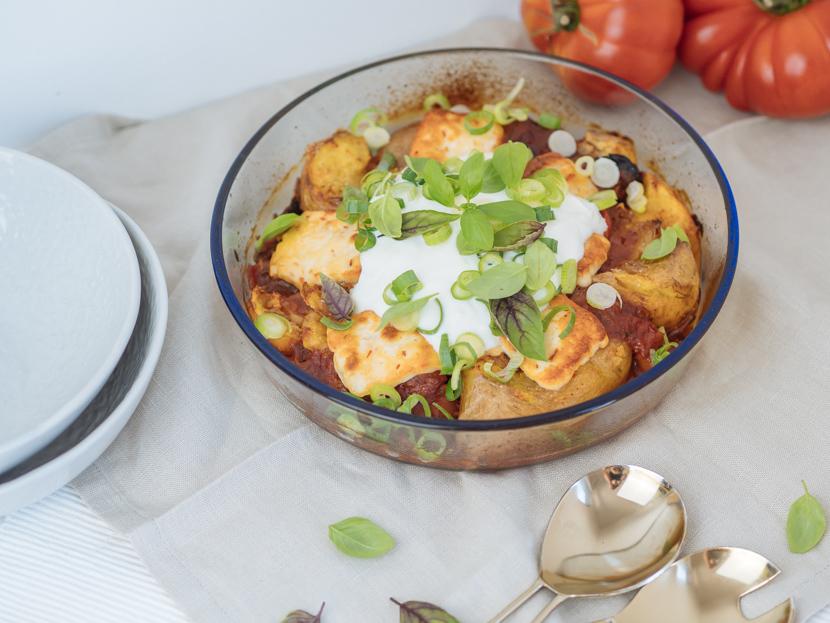 Gebackene Kartoffeln aus dem Ofen mit Tomatensauce und Halloumi 3