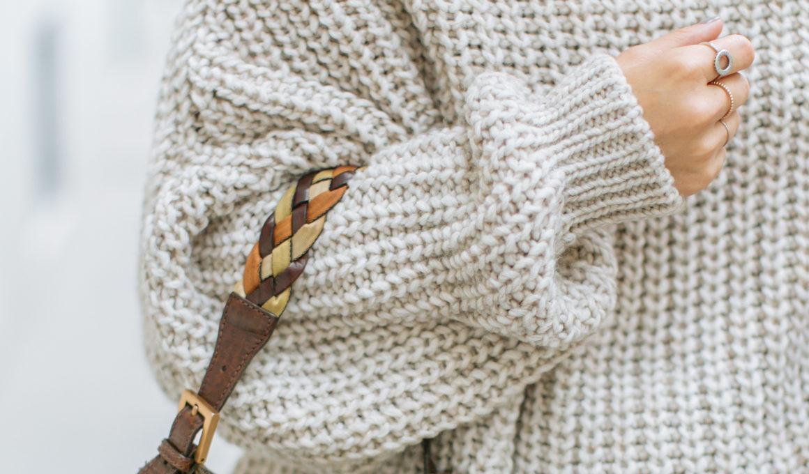 Kuschelig durch den Herbst – das sind die Pullovertrends 2019, Die kuscheligen Oberteile sind ein Keypiece in der Herbst-Winter-Garderobe, Streetstyle mit Leder Culotte und Oversize Pullover, Herbstoutfit mit Culotte, Überblick über die Pullovertrends im Herbst 2019, Pullover mit XL Schulter, Pullover in Regenbogenfarben, Pullover mit auffälligen Details, Lässige Hoodies, Pullover in Camel, Grobstrick Pullover, www.amigaprincess.com