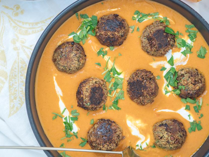 Vegane Fleischbällchen aus Linsen mit Kokos-Kürbis-Sauce 4