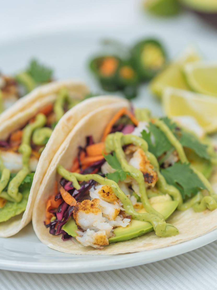 Einfache Fisch Tacos mit Rotkraut Slaw und Avocadocreme 3